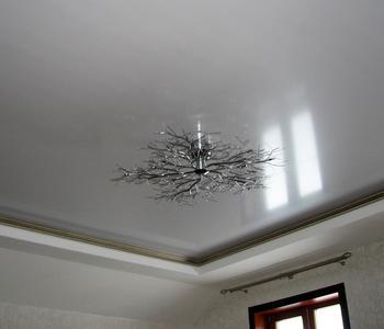 Серый натяжной глянцевый потолок на кухню