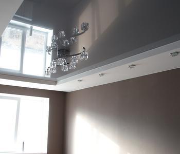 Серый натяжной глянцевый потолок