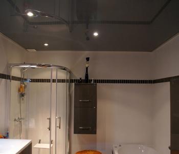 Серый  глянцевый потолок в ванную
