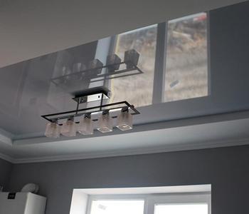 Серый  натяжной глянцевый потолок ванна