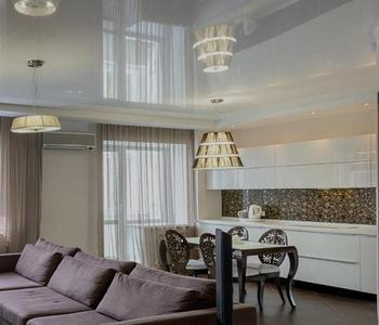 Серый  натяжной  потолок в гостинную
