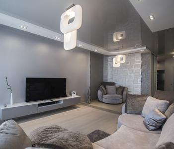 Серый глянцевый   потолок в гостиную