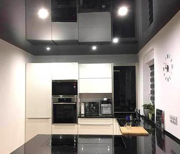 Черный потолок кухня