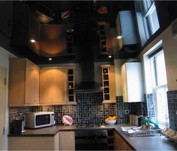 Черный потолок кухня глянец