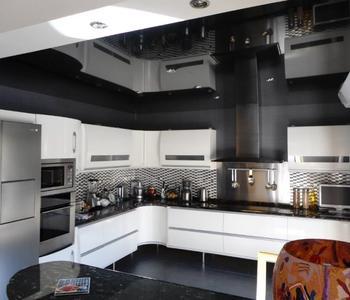 Черный натяжной потолок кухня глянец