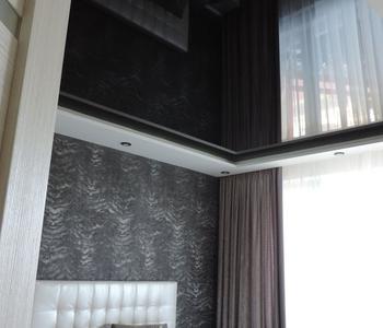 Черный натяжной потолок в спальной комнате