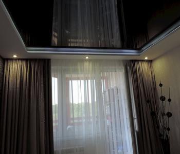 Черный  глянцевый потолок в спальной комнате