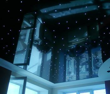Черный глянцевый  потолок в детской комнате