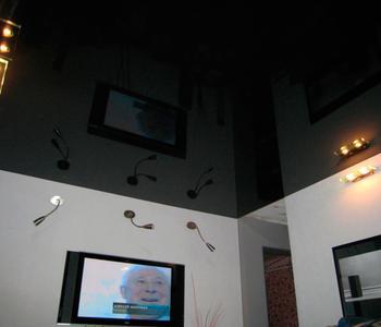 Черный глянцевый  потолок в детскую комнату