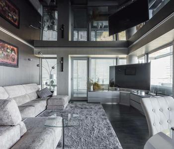 Черный глянцевый  потолок в гостиную