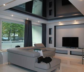 Черный потолок в гостиную комнату глянец