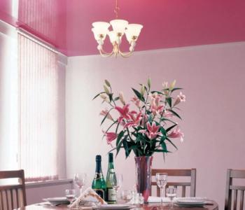 Розовый  потолок глянец на кухню