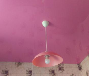 Розовый натяжной глянцевый потолок