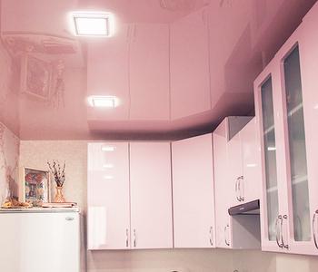 Розовый натяжной глянцевый потолок на кухню