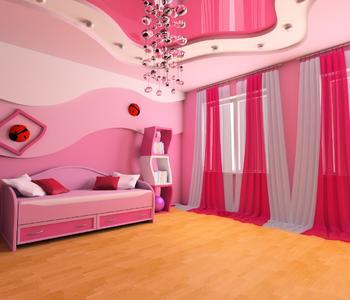 Розовый натяжной глянцевый потолок в спальне
