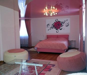 Розовый глянцевый потолок в спальне