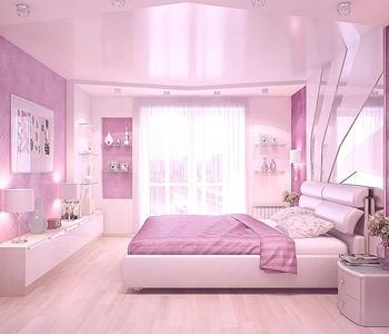 Розовый натяжной потолок в спальне глянец