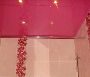 Розовый натяжной потолок в ванной глянец