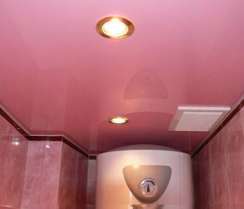 Розовый й потолок в ванной глянец