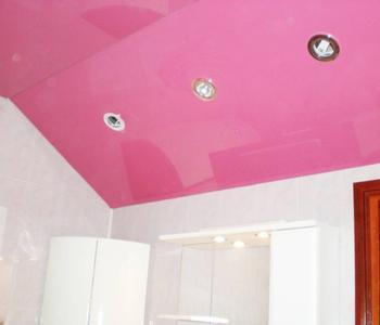 Розовый натяжной потолок в ванной комнате