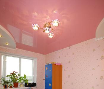 Розовый натяжной потолок в детской