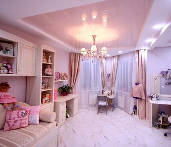 Розовый натяжной потолок в детской глянец