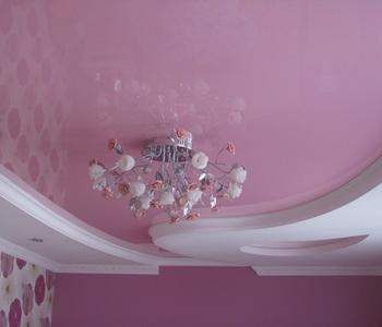 Розовый  потолок в гостиную комнату глянец