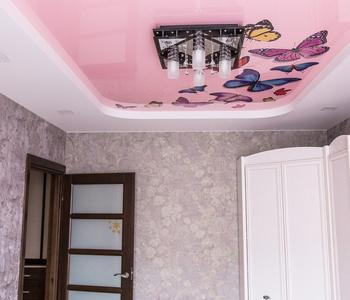 Розовый  потолок в гостиную комнату глянцевый цвет