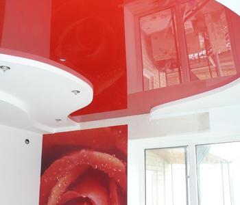 Потолок глянцевый красный в спальне