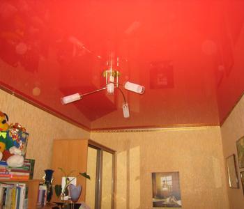 Потолок глянцевый  красный в детскую комнату