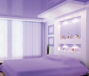 Фиолетовый потолок в спальню глянцевый цвет