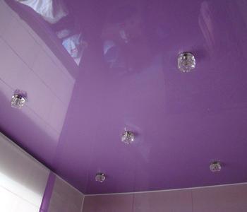 Фиолетовый потолок в ванну глянцевый
