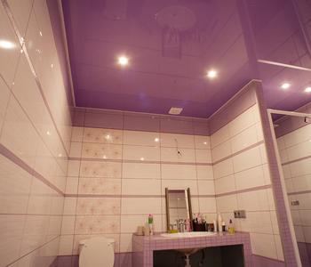 Глянцевый фиолетовый потолок в ванну комнату