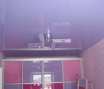 Глянцевый  потолок фиолетовый детская комната