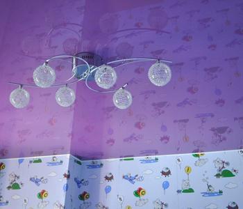 Глянцевый  потолок фиолетовый детская