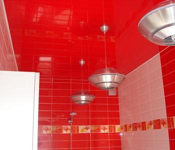Потолок глянец красный цвет в ванную комнату
