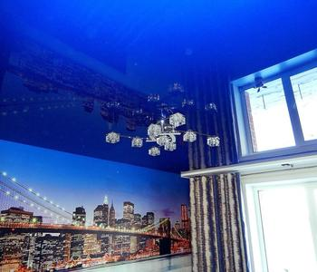 Потолок  глянец синий гостиная