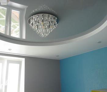 Серый глянцевый потолок детская комната