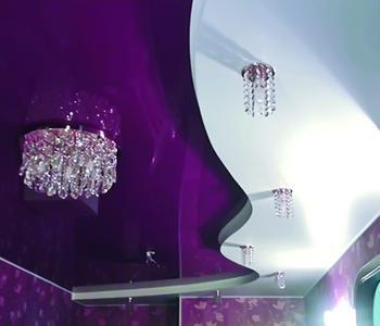 Глянцевый потолок в зал фиолетовый