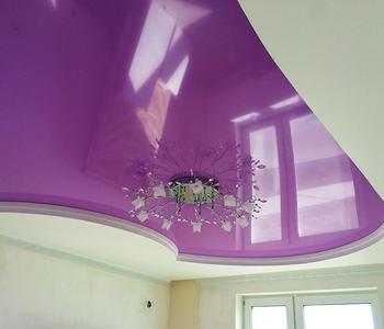 Глянцевый потолок  гостиная фиолетовый