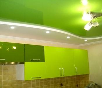 Глянцевый потолок салатовый кухня