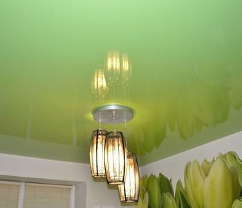 Глянцевый потолок салатовый на кухне