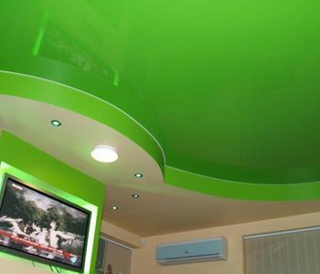 Глянцевый потолок салатовый на кухне двухуровневый