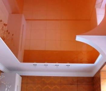 Глянцевый потолок оранжевый кухня