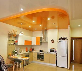 Глянцевый потолок оранжевый на кухне двухуровневый