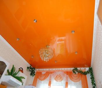 Глянцевый потолок оранжевый на кухне двухуровневы