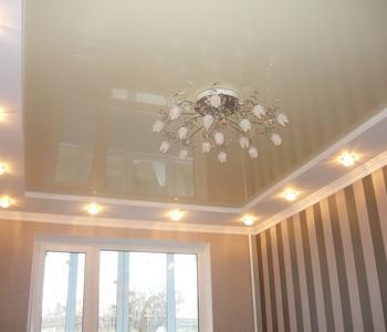 Глянцевый темно-бежевый потолок в кухне