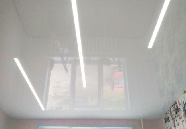 Натяжной потолок с парящими линиями для кухни  в Климовичах