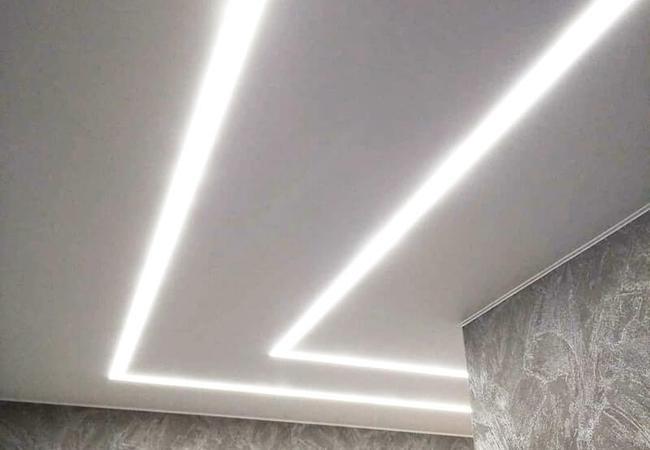Натяжной потолок со светополосами в прихожей  в Климовичах