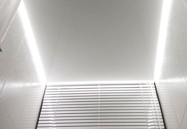 Парящий натяжной потолок в ванной и туалете в Климовичах